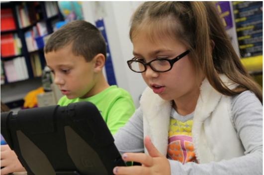 ผู้เรียนฝึกการเขียนโปรแกรมจากสื่อในแท็บเล็ต